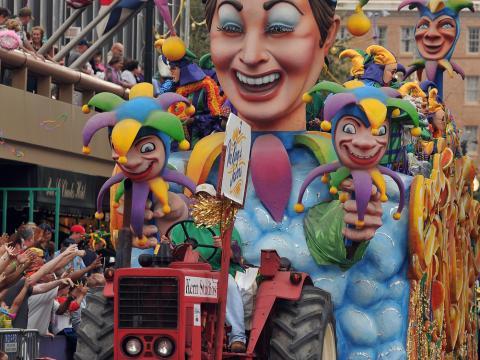 紐奧良狂歡節時繽紛花車掃街遊行