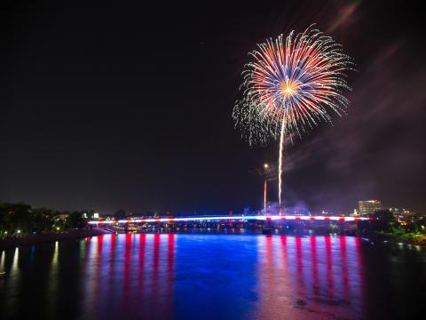 河邊慶典的星狀和條狀燈