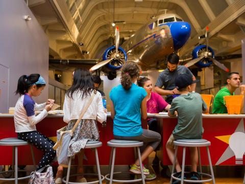 在亨利·福特的製造商博覽會中動手製作專題的孩子們